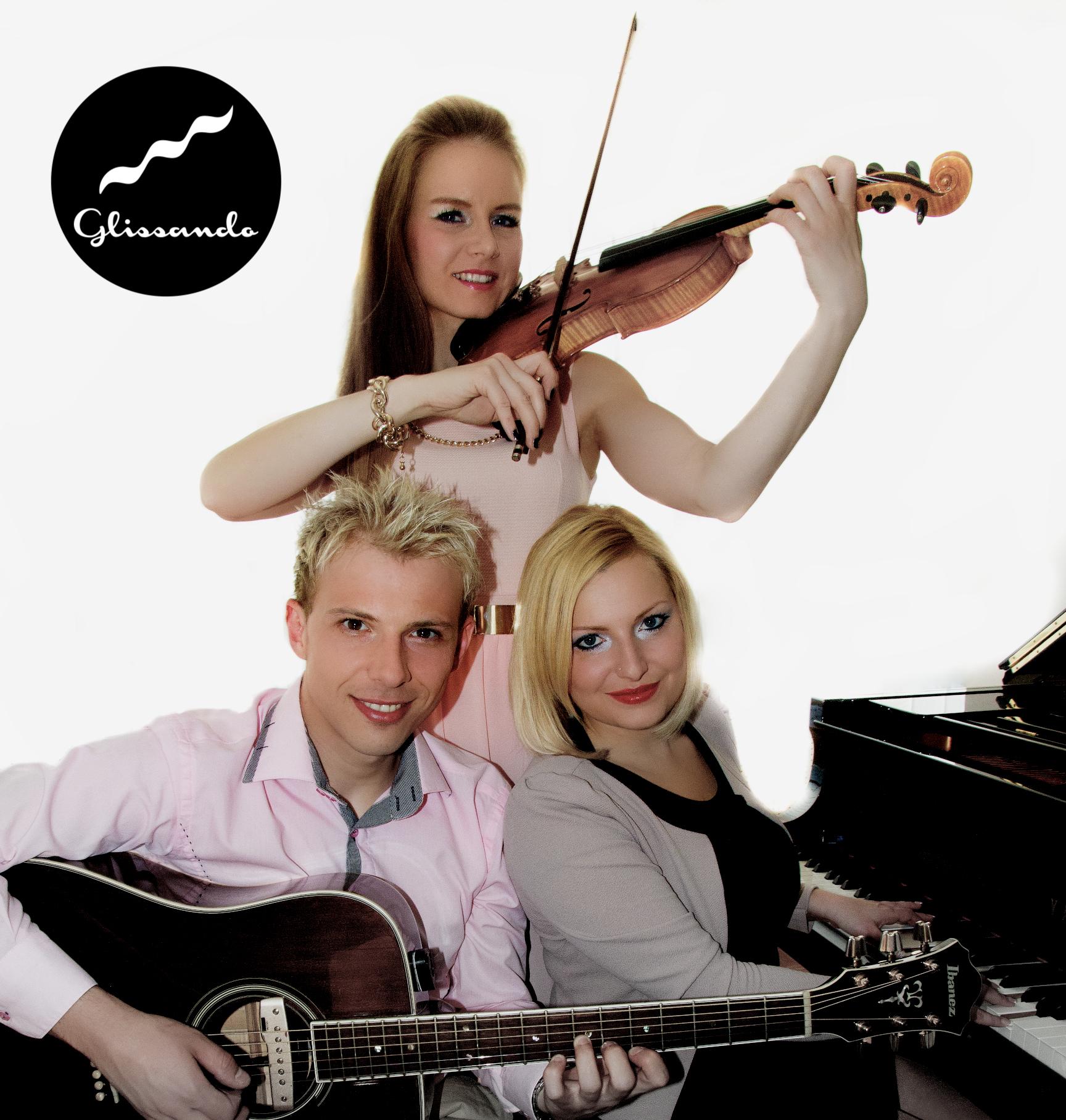 """Glasbena skupina GLISSANDO na svoj edinstven način preigrava instrumentalne priredbe svetovnih in domačih """"zimzelenih"""" skladb v klasični preobleki s pridihom """"jazz-a""""."""